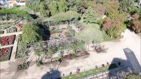 Image aérienne d'une roseraie à un parc clips vidéos