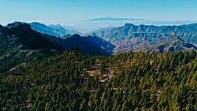 image aérienne de bourdon de belle vue renversante de paysage outre de la voie de Roque Nublo chez Gran Canaria Espagne avec vall images libres de droits