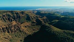 image aérienne de bourdon de belles falaises et vallées renversantes de paysage et ingles de Maspalomas et de playa à l'arrière-p photo libre de droits