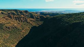 image aérienne de bourdon de belles falaises et vallées renversantes de paysage et ingles de Maspalomas et de playa à l'arrière-p photographie stock libre de droits