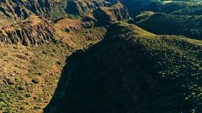 Image aérienne de bourdon de belles falaises et vallées renversantes de paysage un jour ensoleillé images stock