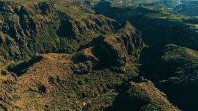 Image aérienne de bourdon de belles falaises et vallées renversantes de paysage un jour ensoleillé photos libres de droits