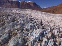 Image aérienne de bourdon d'un glacier fortement crevassed au Groenland du nord-est images stock