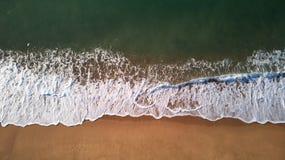 Image aérienne de bourdon de plage espagnole en Costa Brava image stock