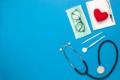 Image aérienne de configuration plate des outils médicaux et concept de fond de soins de santé Images stock