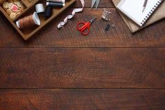 Image aérienne de configuration plate de fond d'articles de couturier photos libres de droits