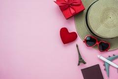 Image aérienne de vue supérieure de Tableau de concept de fond du jour de valentine de décorations Femmes et cosmétique d'habille photo stock