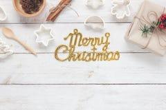 Image aérienne de vue supérieure de Tableau de texte de Joyeux Noël d'or avec faire cuire des accessoires Photo libre de droits