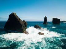 Image aérienne des formations de roche sauvages au milieu de l'Océan Atlantique ouvert à côté de Mosteiros, en île de Miguel de s photo libre de droits