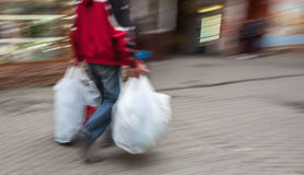 Image abstraite d'un homme dans les vêtements de sport avec les sachets en plastique de achat Photographie stock libre de droits