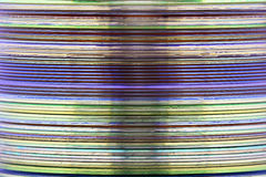Image abstraite d'une pile de DVD et de media CD pris d'une vue latérale Photos libres de droits