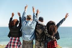 Image arrière de vue d'un groupe d'amis se tenant dehors Image libre de droits