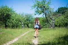 Image arrière de vue de jeune fille marchant dans Photo stock