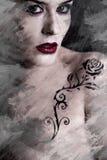 Image artistique de femme tatouée avec un tribunal de noir de tatouage de fleur Images libres de droits