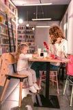 Image attentive de dessin de petite fille pour sa mère images libres de droits