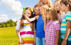 Image avec des amis au téléphone portable Image stock