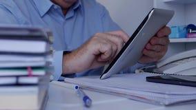 Image avec l'homme d'affaires Using Tablet et l'information de accès de réseau banque de vidéos
