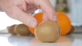 Image avec la main de l'homme sur la cuisine présentant Kiwi Fruit frais et savoureux photographie stock