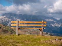 Image avec le centre du banc avec des montagnes à l'arrière-plan photo stock