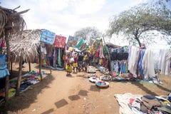 Image avec le nord rural, vaches entre les huttes, près d'Antsohihy, le Madagascar Photos stock