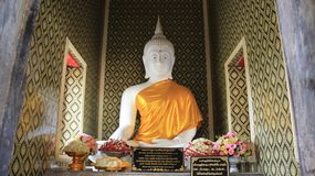 Image blanche de Buddhas avec la robe longue jaune Images stock