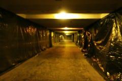 Image brouillée d'un tunnel souterrain images stock