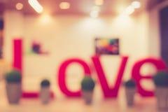Image brouillée de centre commercial avec le signe d'amour Photographie stock libre de droits