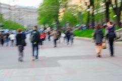 Image brouillée des personnes marchant au jour en parc avec le bokeh pour l'utilisation de fond Image libre de droits