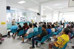 Image brouillée des personnes non identifiées et le docteur ou la médecine de attente patient Image libre de droits