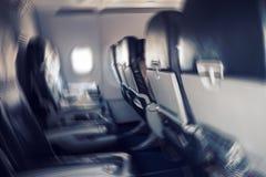 Image brouillée du message publicitaire ou de l'avion de charge se déplaçant rapidement vers le bas Image stock