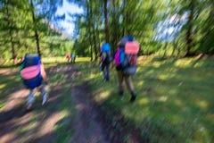 Image brouillée Groupe de personnes hausse Randonneurs avec des sacs à dos allant sur la traînée Photo stock