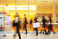 Image brouillée intentionnelle des personnes au centre commercial