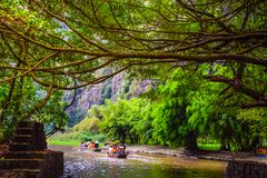 """Image brouillée - les touristes prennent un bateau pour observer la nature à """" ; Baie de Halong sur land"""" ; à Hanoï, le V photos libres de droits"""