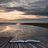 Image côtière de paysage de marée basse de belle plage au lever de soleil avec Photos stock