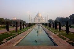 Image classique de Taj Mahal au lever de soleil avec la réflexion Image libre de droits