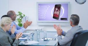 Image composée d'équipe d'affaires applaudissant et regardant l'écran blanc image stock