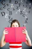 Image composée d'étudiant tenant le livre au-dessus du visage Image libre de droits