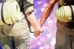 Image composée d'accroc augmentant des couples se tenant tenants des mains sur la route Photographie stock