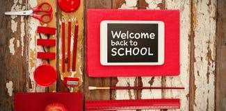 Image composée d'accueil de nouveau au texte d'école sur le fond blanc Images stock