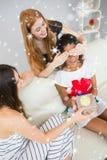 Image composée d'amie étonnante de jeunes femmes gaies avec un cadeau Image libre de droits