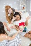 Image composée d'amie étonnante de jeunes femmes gaies avec un cadeau Image stock
