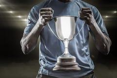 Image composée 3D de la mi section du sportif tenant le trophée Images libres de droits