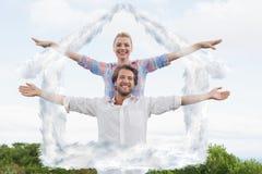 Image composée d'extérieur debout de couples mignons avec des bras tendus Image libre de droits