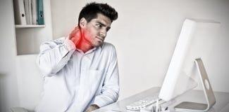 Image composée d'homme d'affaires occasionnel touchant son cou endolori photo stock