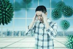 Image composée d'homme asiatique obtenant un mal de tête Photos libres de droits