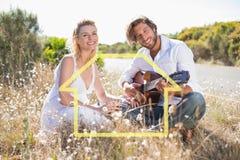 Image composée d'homme bel chantant une sérénade à son amie avec la guitare Photo stock