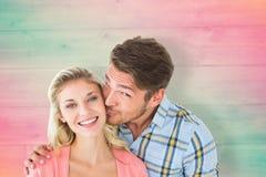 Image composée d'homme bel embrassant l'amie sur la joue Image stock