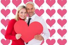 Image composée d'homme bel obtenant une épouse de forme de carte de coeur Image libre de droits