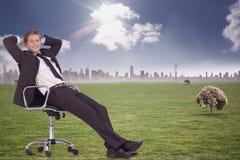 Image composée d'homme d'affaires détendant dans la chaise pivotante Photographie stock