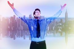 Image composée d'homme d'affaires encourageant avec ses bras augmentés  Images stock